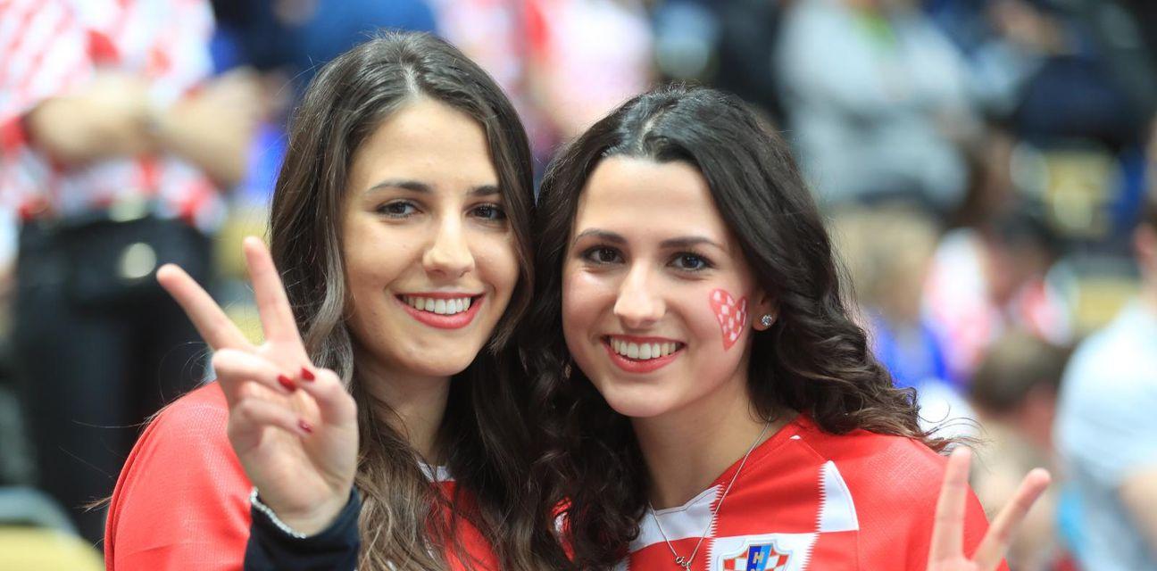 Hrvatski navijači na utakmici Hrvatska - Španjolska (Foto: Slavko Midzor/PIXSELL)