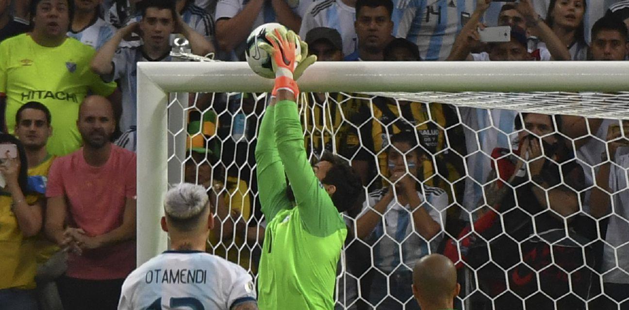 Alisson brani Messijev slobodnjak (Foto: AFP)