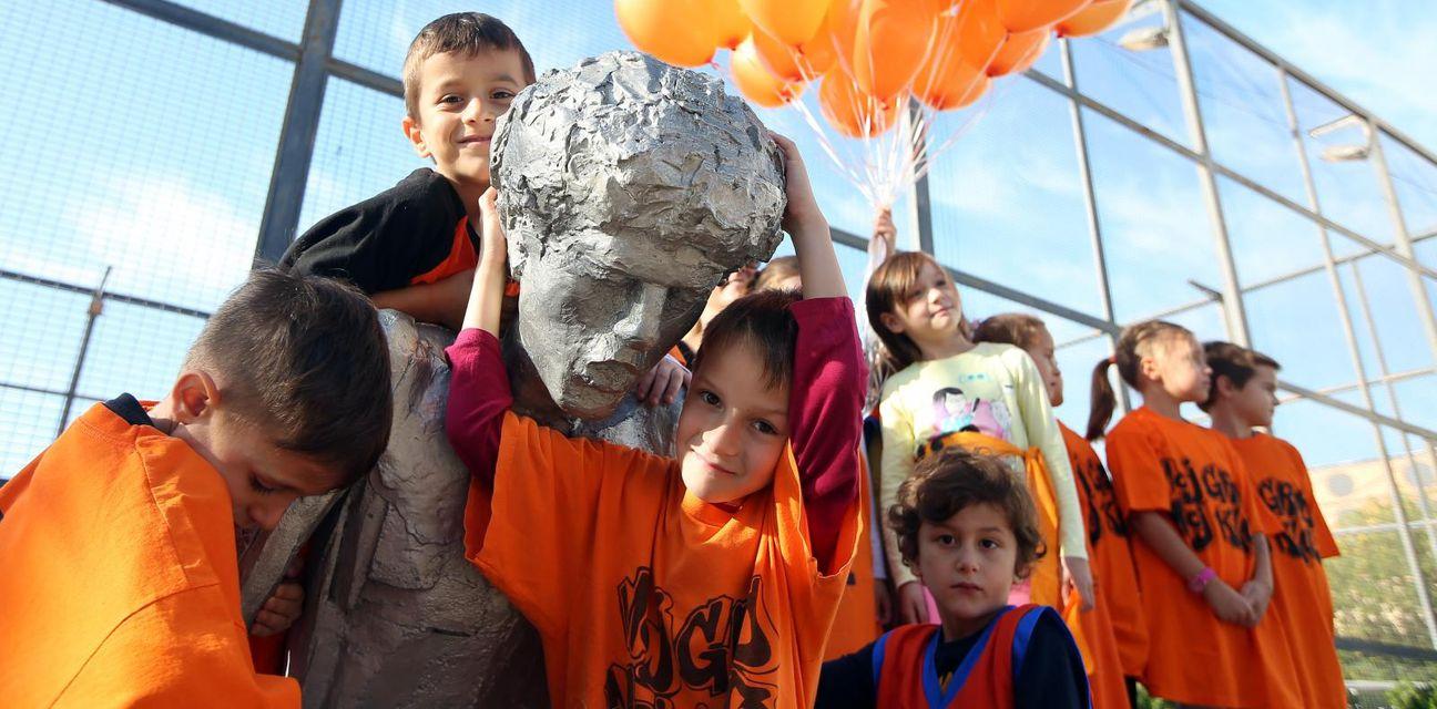 Najmlađi Šibenčani uz svoga Dražena (Foto: Duško Jaramaz/PIXSELL)