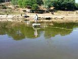 Stanovnici indijskog sela Tungni svakodnevno riskiraju život prelazeći rijeku (Foto: Profimedia)