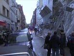 Vjetar srušio skele sa zgrade (VIDEO: AP)