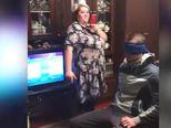 Gospođa, za koju pretpostavljamo da je majka slavljenika, se zabavljala snimajući poklon (FOTO: Screenshot)
