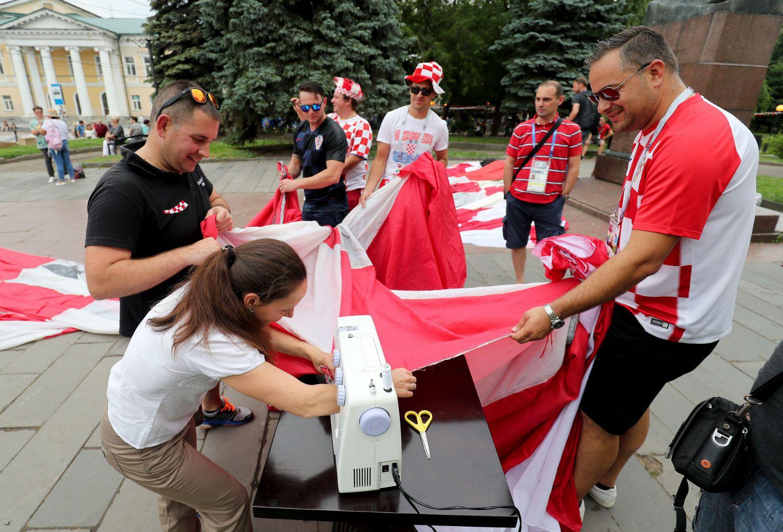 Hrvatska navijačka zastava i ruska krojačica priredili pravi spektakl u Nižnjem Novgorodu 2