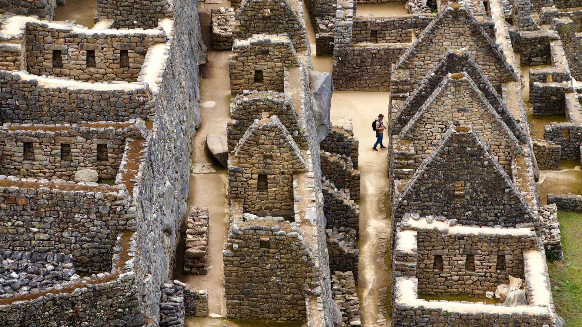 otporan na potrese izgubljeni grad golim rukama sagrađen od kamenih gromada teških i po 50 tona machu picchu često se naziva i izgubljenim gradom inka . razlog je tomu vjerovanje kako španjolci prilikom osvajačkih pohoda i pokoravanja carstva inka nikad nisu našli grad, tako da im je on ostao nepoznat.