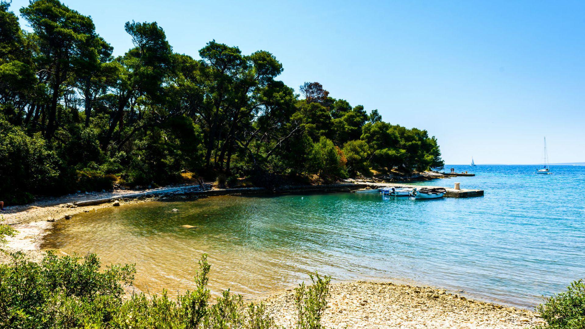 dom najljepših plaža dalmatinska oaza: otok ljubavi na kojem su zabranjeni automobili površinom mali, otok skriva neke od najljepših plaža na jadranu, a okružuje ga najčišće i najmodrije more. prekrasna priroda, bogata povijest i spokoj dovoljan su razlog da mu se vraćate iz godine u godinu... nastavi čitati