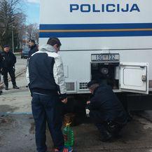 Vodu građanima dijeli i policija (Foto: dnevnik.hr)