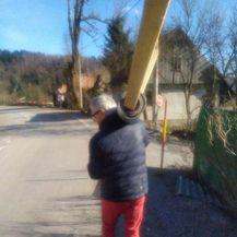 Ogromni drveni križ u jednom je trenutku preuzeo poznati riječki prosvjednik Marin Miočić Stošić (Foto: Twitter)