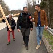 Reporter Dino Goleš sa Sašom Pavlićem, ocem na križnom putu za skupe lijekove za djecu (Foto: Dnevnik.hr)