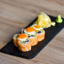 Uramaki losos sa prepeličjim jajima