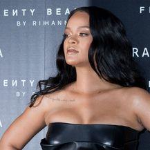 Rihanna u kožnatoj haljinici na predstavljanju svoje nove make-up kolekcije 'Fenty Beauty'
