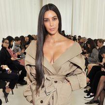 Lana Jurčević i Kim Kardashian nose kaput s dekolteom - 1