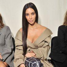 Lana Jurčević i Kim Kardashian nose kaput s dekolteom - 6