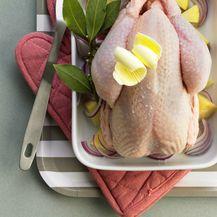 Prije pečenja piletinu namažite maslacem ili maslinovim uljem te začinima