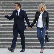 Brigitte Macron u kožnatom sakou i štiklama