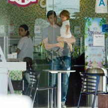 Mila, Ashton i Dimitri u slastičarnici