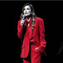 Severina u crvenom odijelu