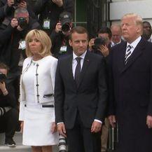 Neugodan trenutak prilikom dočeka Macronovih (Video: AP)
