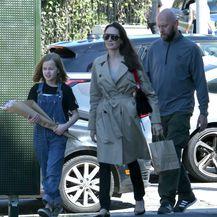 Angelina Jolie u popularnim, ali neudobnim cipelama - 1