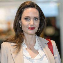 Angelina Jolie u popularnim, ali neudobnim cipelama - 2