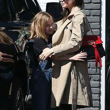 Angelina Jolie u popularnim, ali neudobnim cipelama - 4