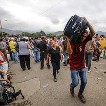 Stanovnici Venezuele bježe u Kolumbiju (Foto: AFP)