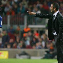 Samuel Eto\'o i Pep Guardiola (Foto: AFP)