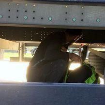 Migranti se skrivaju u dijelove kamiona (Foto: Uprava Carina RS) - 2
