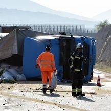 Na autocesti A1 kod čvora Perković prevrnuo se šleper (Foto: Hrvoje Jelavic/PIXSELL) - 1