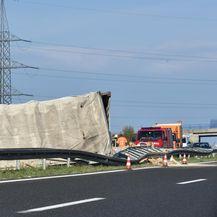 Na autocesti A1 kod čvora Perković prevrnuo se šleper (Foto: Hrvoje Jelavic/PIXSELL) - 2