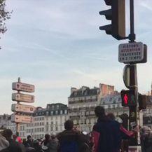 Trenutak u kojem se ruši toranj Notre-Dame (Video: Reuters)
