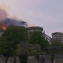 Vatrogasci gase požar katedrale Notre Dame (Video: APTN)