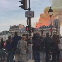Prolaznici gledaju kako gori crkva Notre-Dame (Foto: Dnevnik.hr)