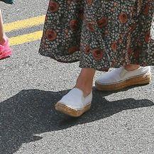 Mila je nosila espadrile