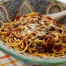 Špageti bolonjez s komadićima šunke