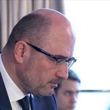 Milijan Brkić u rukama stranačkih kolega (Video: Dnevnik Nove TV)
