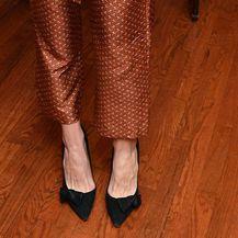 Katie Holmes nosi crne salonke od velura ukrašene mašnicom