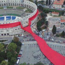 Kravata oko amfiteatra koja je oborila Guinessov rekord (Foto: Dnevnik.hr)