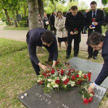 Postavljanje cvijeća na grob Račana (Foto: Dnevnik.hr)