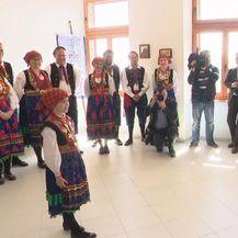 Predsjednica Kolinda Grabar-Kitarović s djecom u obilasku otoka (Foto: Dnevnik.hr)