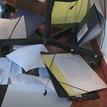 Razbacane stvari nakon napada na Centar za socijalnu skrb u Ivanić Gradu - 4