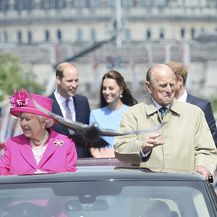 Prinčevi Philip i William, kraljica Elizabeta i Kate Middleton