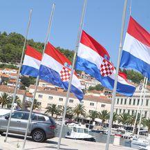 Zastave na pola koplja u Vela Luci (Foto: Ivo Cagalj/PIXSELL)