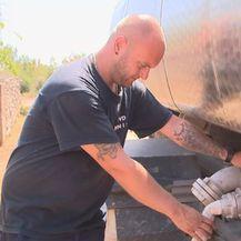 Marko Cigić iz DVD-a Knin crpi vodu iz cisterne (Foto: Dnevnik.hr)