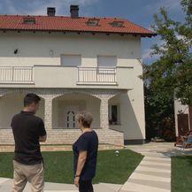Ivan Forjan i Nevenka Glavica ispred kuće čija je fasada obnovljena s pomoću državnih sredstava (Foto: Dnevnik.hr)