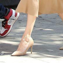Haljinu boje kože Angelina je kombinirala uz salonke malo svjetlije nijanse od haljine