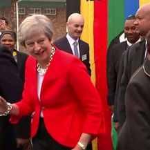 Theresa May zaplesala sa školarcima u Cape Townu (Screenshot: Reuters)
