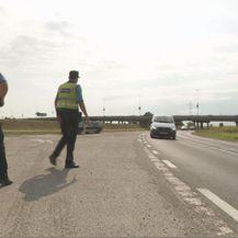 Policajci zaustavljaju automobil (Foto: Dnevnik.hr)