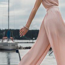 Žena u hlačama širokih nogavica