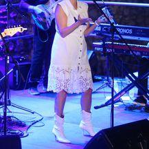 Za koncert je Vanna odabrala jednostavnu bijelu haljinu i čizme u istoj boji