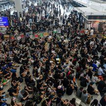 Prosvjednici blokirali aerodrom u Hong Kongu (Foto: AFP) - 1